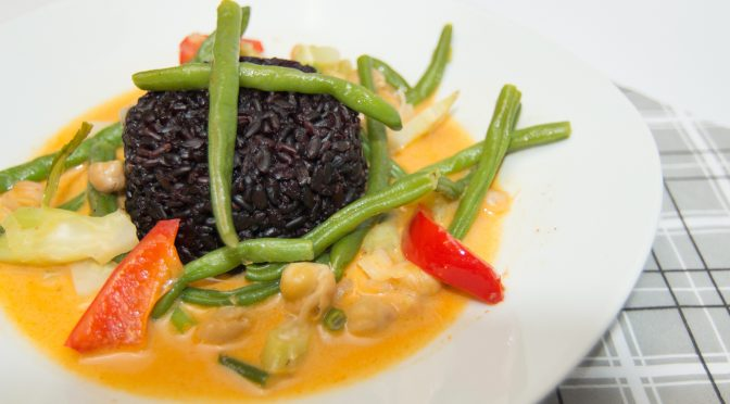 Spicy yellow curry with green beans and black rice